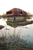 Översvämmat hus i floden Royaltyfri Foto