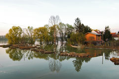 Översvämmat hus och land i floden Royaltyfri Fotografi