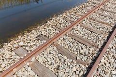 översvämmat järnväg spår Arkivbild