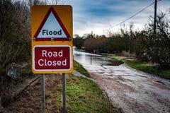 Översvämmat stängt tecken för väg Fotografering för Bildbyråer