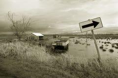 översvämmat tecken för lantgård fält Royaltyfria Bilder
