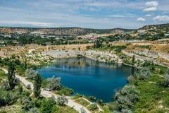 Översvämmat villebråd i Krim Blått damm på stället av den tidigare vitare kalkstenminen arkivbilder