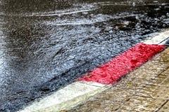 Översvämning vinterregn i Israel Regnvatten översvämmar vägen och trottoaren arkivfoto