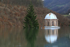 Översvämningskloster Valjevska Gracanica i sjön arkivfoton