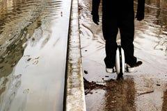 ÖversvämningsParis Seine River banker med Hoverboard arkivbilder