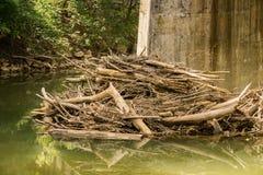 Översvämningsskräp under en liten vikbro fotografering för bildbyråer