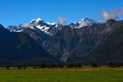 Överträffa av berg Fotografering för Bildbyråer