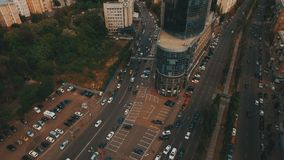 Överträffa ner flyg- sikt av genomskärningen med många bilar arkivfilmer