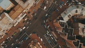 Överträffa ner flyg- sikt av genomskärningen med många bilar stock video