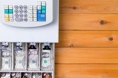 Överträffa ner sikt på kassaapparaten mycket av mynt royaltyfria foton