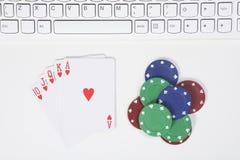 Överträffa ner sikt på vinnande kort och pokerchiper Royaltyfri Bild