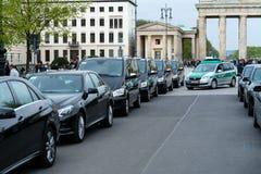 Övervaka att bevaka eskortfartyget av bilar med mycket viktigt folk nära den Brandenburg porten royaltyfria bilder