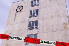 Övervaka barrikaden efter bombarderar hot på det Gaggenau stadshuset, Tyskland arkivfoton