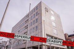 Övervaka barrikaden efter bombarderar hot på det Gaggenau stadshuset, Tyskland arkivfoto