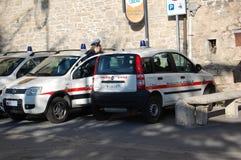 Övervaka bilar och kvinnliga polisen i San Marino, Italien royaltyfria foton
