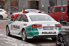 Övervaka den Audi A6 bilen som parkeras i gammal stad av Vilnius Fotografering för Bildbyråer