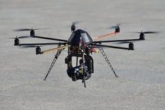Övervaka den obemannade helikoptern (UAV) med en kamera för observation royaltyfri fotografi