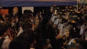Övervaka framsidan till beskyddandet på paraplyrevolutionen i Monkok, Hong Kong arkivfilmer