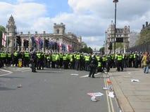 Övervaka hållen linjen mot anti-fascister under under en BNP p Royaltyfri Fotografi