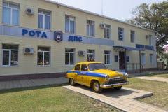 Övervaka Retro `-Volga för bilen GAZ-21 ` på byggnaden för trafikpolisen i semesterortbyn Dzhemete, Anapa Arkivfoto