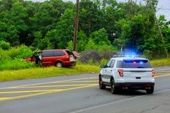 Övervaka skadad bilsreet för räddningstjänst med ljust blinka royaltyfri bild