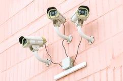 Övervakning av stadsgatorna genom att använda CCTV-kameror Arkivbild