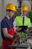 Övervakning i en fabrik Arkivbild