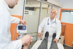 Övervakningpatient i akutmottagning Royaltyfria Bilder