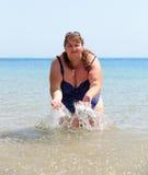 överviktig havskvinna för bad Royaltyfria Foton