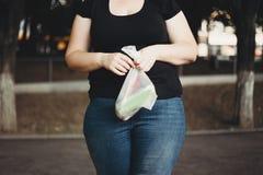 Överviktig kvinna med den plast- packen av glass Fotografering för Bildbyråer