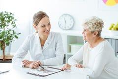 Överviktig kvinna som konsulterar med näringsfysiologen Royaltyfri Foto