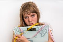 Överviktig kvinna som rymmer digital våg med ordet HJÄLP! Royaltyfri Fotografi
