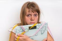 Överviktig kvinna som rymmer digital våg med ordet HJÄLP! Royaltyfri Foto