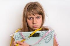 Överviktig kvinna som rymmer digital våg med ordet HJÄLP! Royaltyfria Bilder