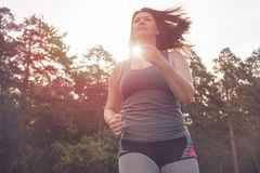 Överviktig kvinnaspring härlig bukbegreppsförlust över viktwhitekvinna Royaltyfri Fotografi