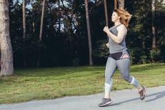 Överviktig kvinnaspring härlig bukbegreppsförlust över viktwhitekvinna Arkivbild