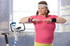 Överviktig ung kvinna på idrottshallen Royaltyfria Foton