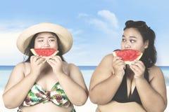 Överviktiga kvinnor som äter vattenmelon Arkivfoton