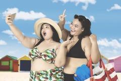 Överviktiga kvinnor som tar selfiefotoet Arkivbild