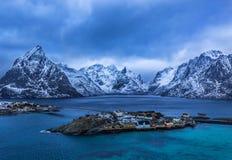 Övervintra över Reine - by på Lofoten öar, Norge Royaltyfri Foto
