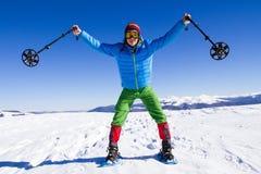 Övervintra att fotvandra i bergen på snöskor med en ryggsäck och ett tält Arkivfoto