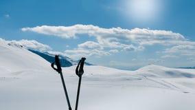 Övervintra att fotvandra, två fotvandra poler och det härliga alpina maximumet Royaltyfria Bilder