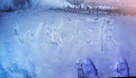 Övervintra begreppet som är skriftligt på snö vid istappordvintern, överkant VI royaltyfri fotografi