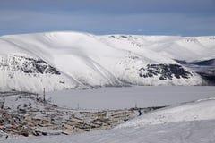 Övervintra berg med den djupfrysta sjön i Ryssland, Khibiny (Hibiny), Kola Peninsula Arkivbild