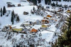 Övervintra byn med färgrika stugor i förort av Ischgl, Österrike royaltyfri bild