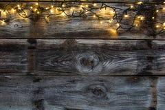 Övervintra dekorativt ljus på gamla lantliga trätimmer, den lekmanna- lägenheten royaltyfria bilder