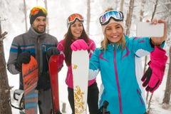 Övervintra, den extrema sporten och nollan för snowboarders för folkbegreppsvänner Royaltyfri Bild