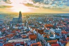 Övervintra den flyg- sikten på den gamla staden av Bruges (Brugge) och helgonSalvators domkyrka Arkivfoto