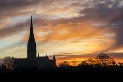 Övervintra den frostiga staden för den soluppgånglandskapSalisbury domkyrkan i Engl Arkivbilder