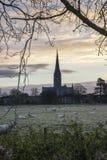 Övervintra den frostiga staden för den soluppgånglandskapSalisbury domkyrkan i Engl Arkivfoton